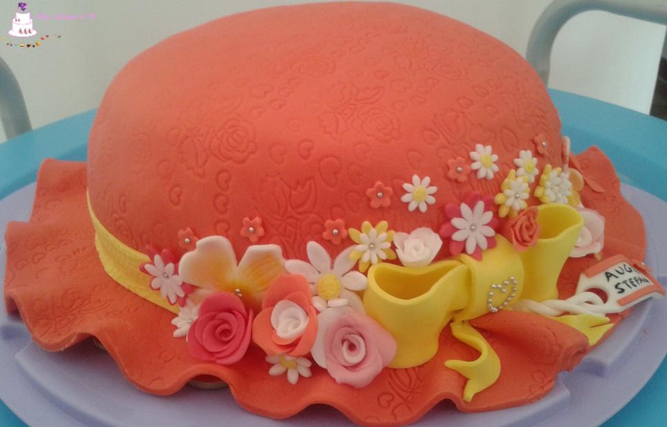 Torta Decorata Di Compleanno A Forma Di Cappello Con Fiori In Pasta